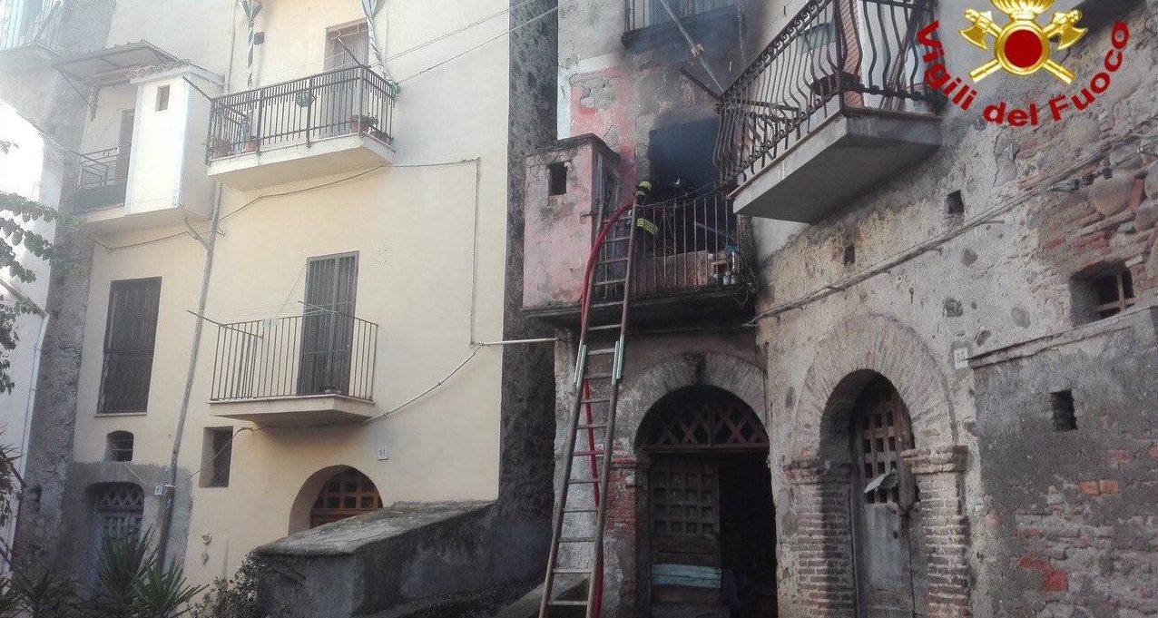 Incendio in un abitato a Sant'Arcangelo: un morto